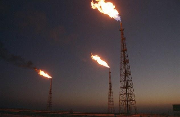 نفت دراین سالها نقشی دوگانه بعهده گرفته است