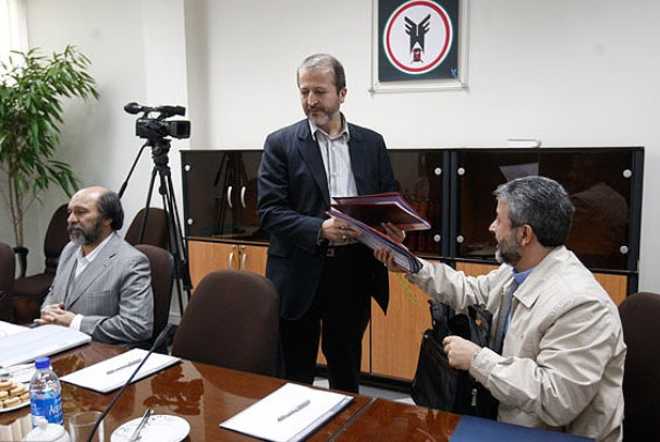 جنجال بر سر عزل و یا ادامه کار رئیس دانشگاه آزاد در ایران