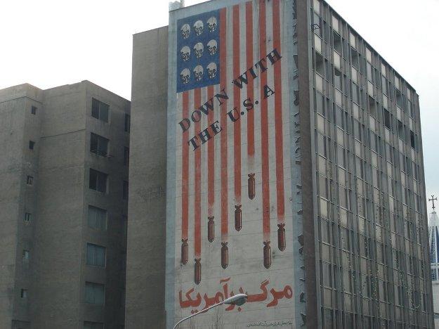 واکنش ها و بحث ها درباره حذف شعار مرگ بر آمریکا در ایران ادامه دارد
