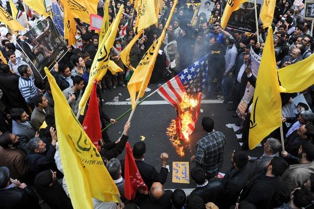 پرچم های فراوان «مرگ بر آمریکا» در راهپیمایی ۱۳ آبان