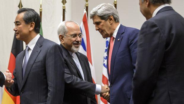 محمد جواد ظریف وزیر امور خارجه ایران پس از توافق موقت هسته ای در ژنو در تاریخ 24 نوامبر با جان کری همتای آمریکایی اش دست می دهد – عکس از خبرگزاری فرانسه