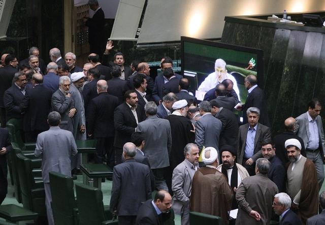 نمایندگان مجلس ایران در اعتراض به لایحه بودجه برای استعفا سبقت می گیرند