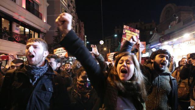 """حمله پلیس به معترضان """"محدودیت های اینترنتی"""" در استانبول"""