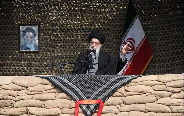 انتقاد رهبر ایران از «تخطئه کنندگان جانفشانی های» جنگ با عراق