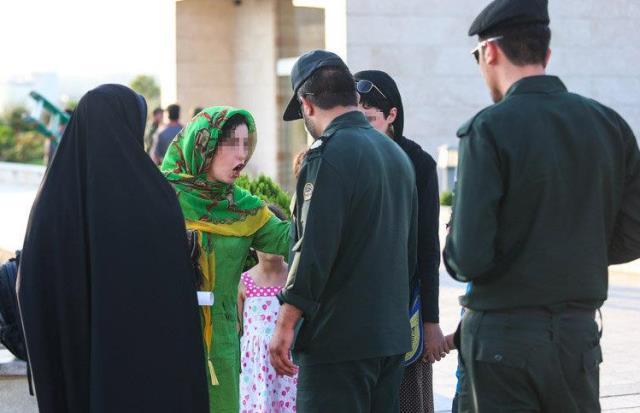 """برخورد پلیس ایران با """"بدحجاب ها"""" شدیدتر می شود"""