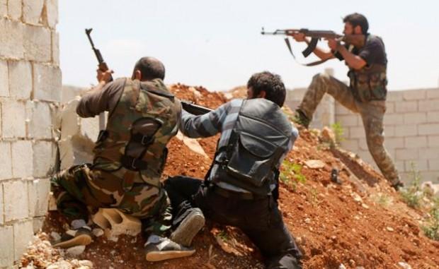 جنگجویان ارتش آزاد سوریه حین ستیز با نیروهای وفادار به بشار اسد رییس جمهور سوریه – عکس از رویترز