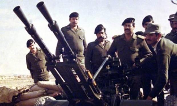 صدام حسین و شماری از فرماندهان عراقی در هنگام جنگ با ایران - عکس از خبرگزاری فرانسه