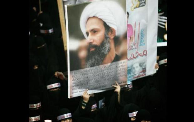 تظاهرکنندگان باتصویری از شیخ نمر - عکس از اسوشیتدپرس