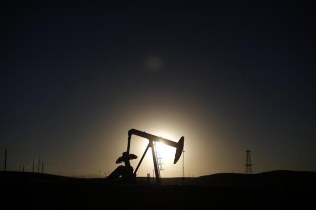 احتمال کاهش بهای نفت تا ۴۰ دلار و پیامدهای اقتصادی و سیاسی آن