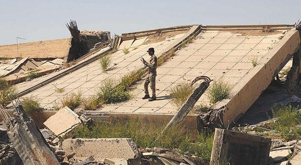 قبر صدام با خاک یکسان شد و عکس سلیمانی بالای آن گذاشته شد