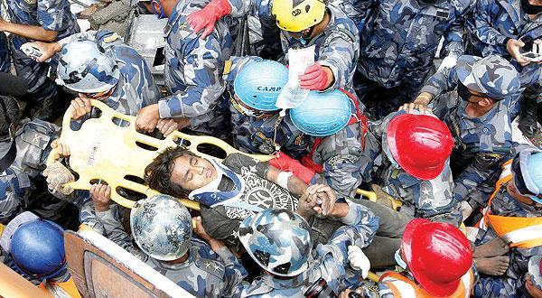 یک قوطی روغن پسر نوجوانی را پس از ۵ روز گرفتاری زیر آوار زلزله در نپال نجات داد