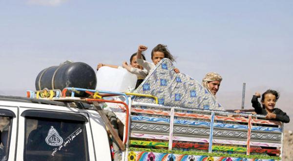 یک خانواده یمنی در منطقه عمران در راه پناه گرفتن نزد مبارزان مقاومت حامی هادی رئیس جمهور مشروع – عکس از رویترز