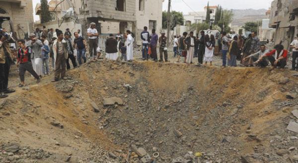 تجمع یمنی ها در اطراف حفره ای که بر اثر موشک جنگنده های ائتلاف در صنعا پایتخت یمن ایجاد شده است – عکس از رویترز