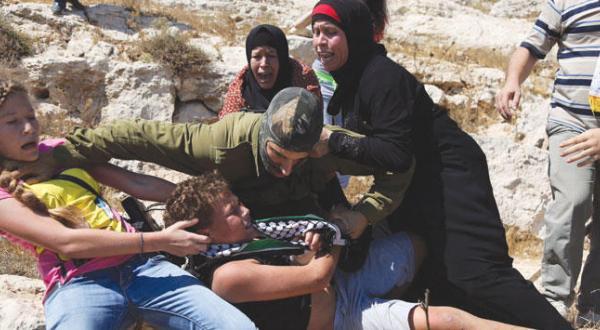 کودکی که خانواده اش او را از دست سرباز اسرائیلی نجات دادند: وقتی مادرم رسید ترسی احساس نکردم