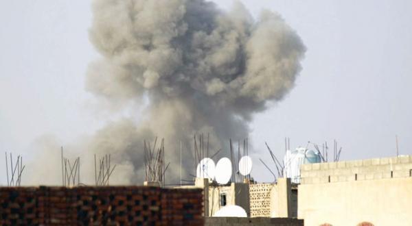 متصاعد شدن دود پس از بمباران انبار مهمات متعلق به شبه نظامیان حوثی توسط نیروهای ائتلاف عربی در نزدیکی پایگاهی نظامی در صنعا – عکس از خبرگزاری فرانسه