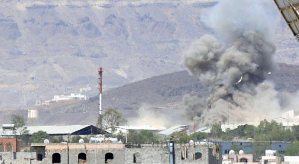 ابرهایی از دود در آسمان صنعا پس از بمباران یک پایگاه نظامی متعلق به شورشیان توسط جنگنده های ائتلاف – عکس از آسوشیتد پرس