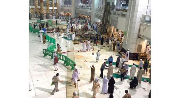 بخشی از حادثه سقوط جرثقیل در مسجد الحرام که منجر به فوت 87 نفر شد – عکس از خبرگزاری عربستان سعودی