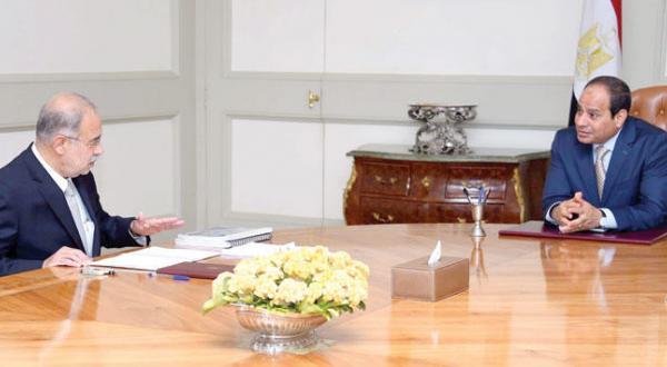 عبد الفتاح السیسی رئیس جمهور مصر هنگام دیدار با شریف اسماعیل وزیر نفت در دولت مستعفی – عکس از آژانس عکس خبری اروپا