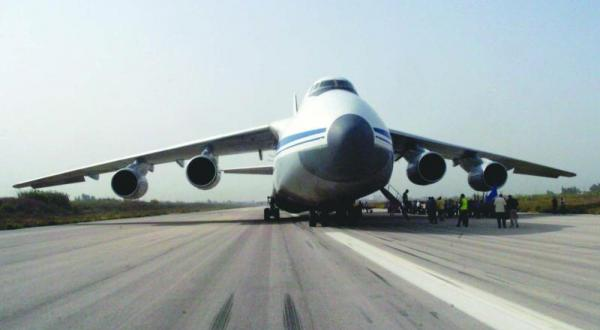 عکس منتشر شده از خبرگزاری رسمی سوریه «سانا» که یک هواپیمای روسی حامل «کمک های انسانی» را نشان می دهد که محموله خود را در فرودگاه بین المللی باسل در لاذقیه تخلیه می کند – عکس از گیتی