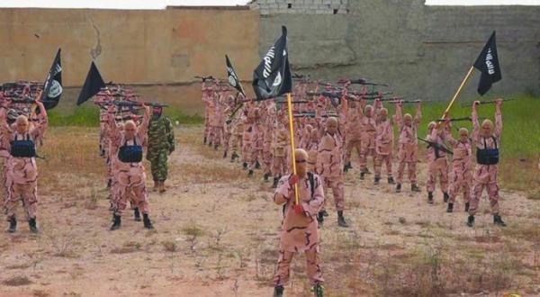تصویری که مبارزان مجموعه «شیرها» وابسته به سازمان داعش را در حال آموزش در تلعفر در شمال عراق نشان می دهد – عکس از آسوشیتد پرس