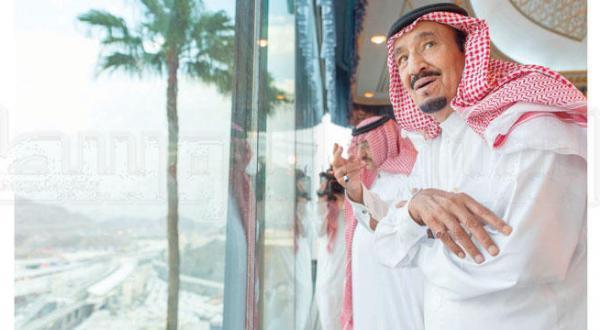 ملک سلمان بن عبد العزیز پادشاه عربستان سعودی از بالکن شیشه ای کاخ سلطنتی مشرف به منا بر راحتی و امنیت و نقل و انتقال حجاج نظارت می کند و شاهزاده محمد بن نایف ولیعهد در کنار وی به چشم می خورد – عکس از بندر الجلعود