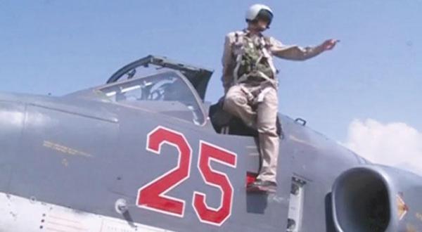 تصویری از یک نوار ویدیویی که وزارت دفاع روسیه منتشر کرد و خلبان یک جنگنده سو-25 را در فرودگاه نظامی  حمیمیم در نزدیکی لاذقیه در سواحل سوریه را نشان می دهد – عکس از رویترز