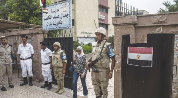نظامیان در خارج از یکی از شعب اخذ رأی در محله دقی در قاهره – عکس از خبرگزاری فرانسه