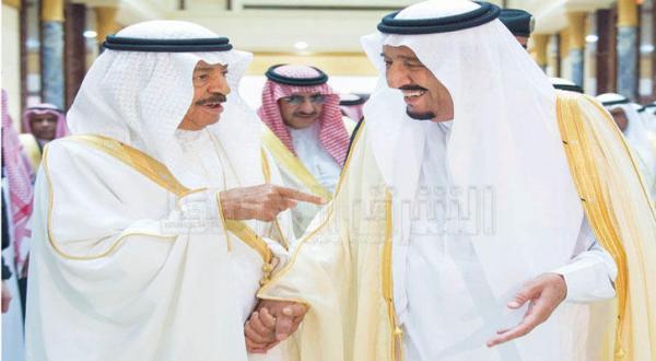 ملک سلمان بن عبد العزیز پادشاه عربستان سعودی به هنگام استقبال از شاهزاده خلیفه بن سلمان آل خلیفه نخست وزیر بحرین در قصر یمامه در ریاض، شاهزاده محمد بن نایف نیز در تصویر دیده می شود – عکس از بندر الجلعود