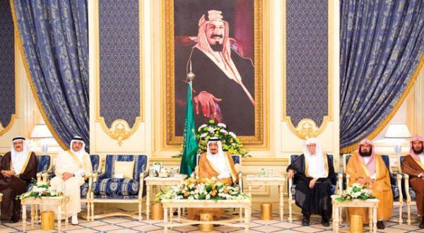 پادشاه عربستان سعودی از امیران و علما و شهروندان استقبال می کند