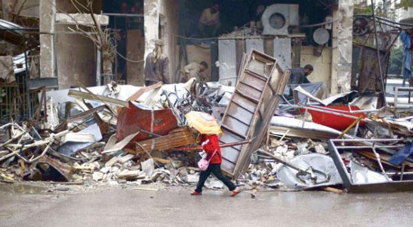 یک دختر سوری در حال راه رفتن در میان آوارهای به جا مانده از بمباران جنگنده های روسی بر شهر دوما در حومه دمشق – عکس از خبرگزاری فرانسه