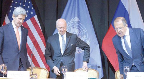 استفان دی میستورا فرستاده سازمان ملل در میان جان کری وزیر خارجه آمریکا و سرگئی لاوروف وزیر خارجه روسیه در کنفرانس مطبوعاتی در وین – عکس از آژانس عکس خبری اروپا