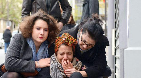 یک زن فرانسوی در حال گریستن در نزدیکی رستورانی در پاریس که هدف حمله مسلحانه قرار گرفت – عکس از گیتی
