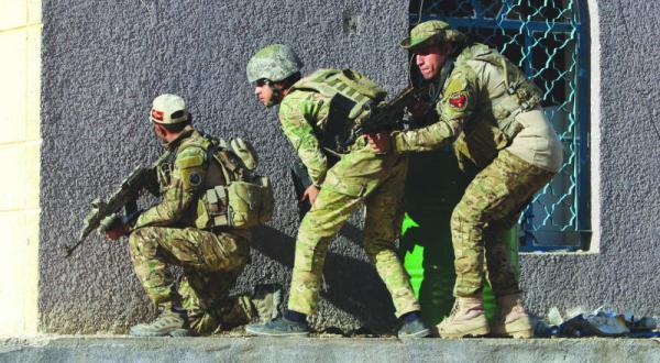 سربازان عراقی طی رویارویی با مسلحان داعش در روستای السجاریه در نزدیکی رمادی – عکس از آژانس عکس خبری اروپا