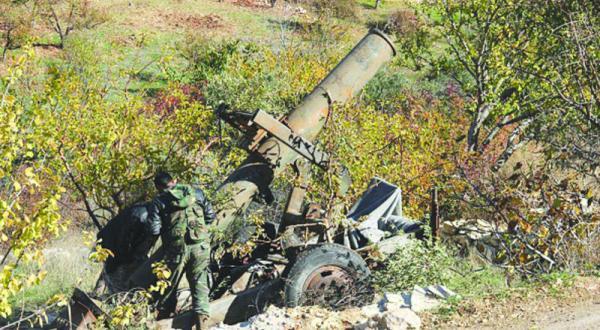 عناصری از «جیش الفتح» در حال پرتاب موشک به سوی نیروهای نظامی سوریه در حومه لاذقیه – عکس از گیتی