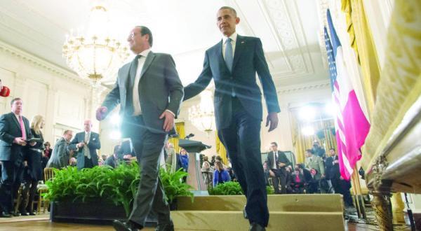 باراک اوباما رئیس جمهور آمریکا و فرانسوا اولاند رئیس جمهور فرانسه در حال ترک یکی از سالن ها پس از شرکت در کنفرانس مطبوعاتی – عکس از آژانس عکس خبری اروپا