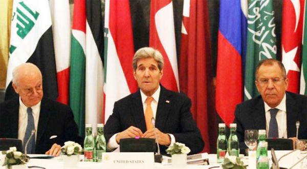 سرگئی لاوروف وزیر خارجه روسیه و جان کری وزیر خارجه آمریکا و فرانسوا دی میستورا فرستاده سازمان ملل به سوریه در نشست وین – عکس از الشرق الأوسط