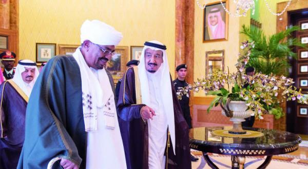 پادشاه عربستان سعودی به هنگام استقبال از رئیس جمهور سودان در ریاض – عکس از خبرگزاری عربستان سعودی