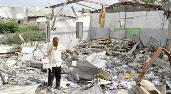 یک یمنی در آوار به جا مانده از ساختمانی که توسط بمباران جنگنده های عربستانی در غرب منطقه الحدیده ویران شده است – عکس از رویترز