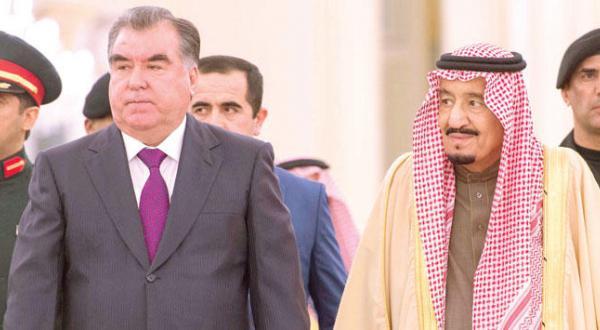 پادشاه عربستان سعودی به هنگام استقبال از رئیس جمهور تاجیکستان در ریاض – عکس از خبرگزاری عربستان سعودی