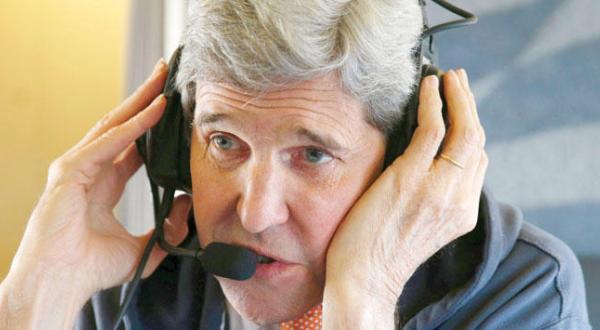 جان کری وزیر خارجه آمریکا در حال مذاکره با طرف ایرانی از وقتی که در داخل هواپیمای خود به مقصد وین بود – عکس از خبرگزاری فرانسه