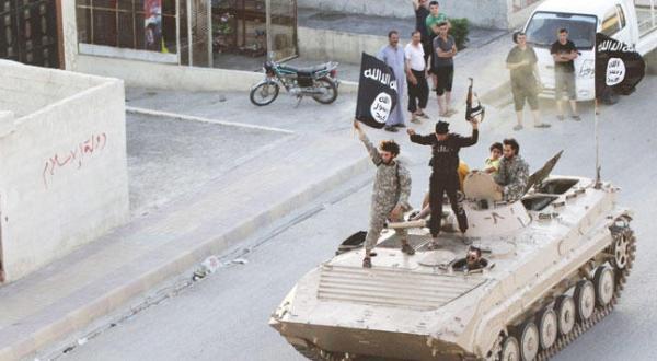 عکسی آرشیوی از مانور مبارزان داعش در خیابان های الرقه در شمال سوریه پس از وارد شدن به آن در ماه ژوئن 2014 – عکس از رویترز