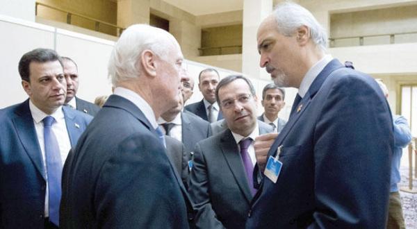 استفان دی میستورا فرستاده ویژه سازمان ملل به سوریه در حال خوشامد گویی به بشار الجعفری رئیس هیئت نظامی و نماینده سوریه در سازمان ملل به هنگام دیدار در ژنو – عکس از خبرگزاری فرانسه