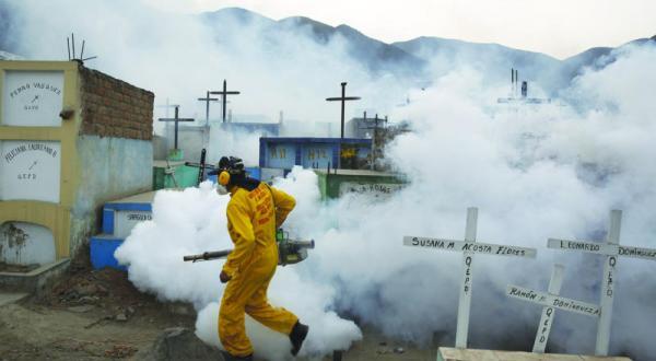یکی از کارگران بخش بهداشتی برای پیشگیری از ویروس «زیکا» در حال سم پاشی منطقه ای در حومه لیما پایتخت پرو که پشه ها در آن منتشر هستند – عکس از رویترز