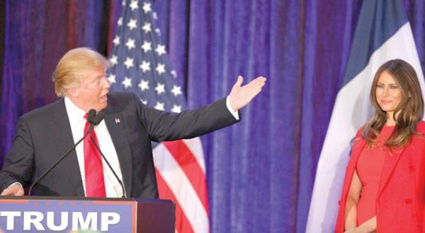 ترامپ در حال سخنرانی در دس مینس در ایالت آیووا به همسرش ملانیا اشاره می کند – عکس از رویترز