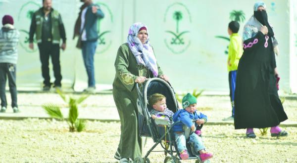 یک زن در حال بردن کودکان خود به کلینیک پزشکی