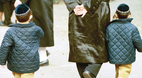 انتقاد از مدارسی یهودی در انگلستان که عکس زنان را از کتاب های درسی حذف می کنند