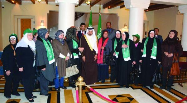 سفیر علی عواض العسیری هنگام استقبال از هیئت های لبنانی در سفارت عربستان سعودی در بیروت که برای ابراز همبستگی با این کشور آمده بودند – عکس از دلاتی ونهرا