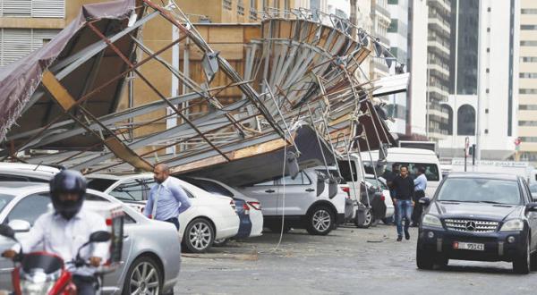 طوفان و باران حرکت در امارات را مختل می کند