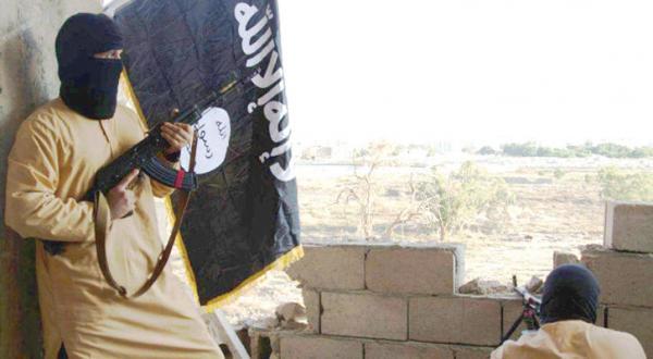 دو تن از نیروهای داعش در نزدیکی حومه الصابری در بنغازی متمرکز شده اند و تلاش دارند از پیش روی ارتش ملی به سوی مواضع افراط گرایان در شهر جلوگیری کنند – عکس از الشرق الأوسط