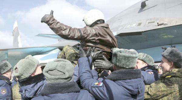 شادمانی برخی از نیروهای هوایی روسیه پس از بازگشت به کشورشان – عکی از آسوشیتد پرس